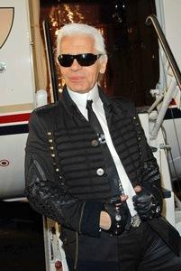 Karl Lagerfeld vor dem Flugzeug
